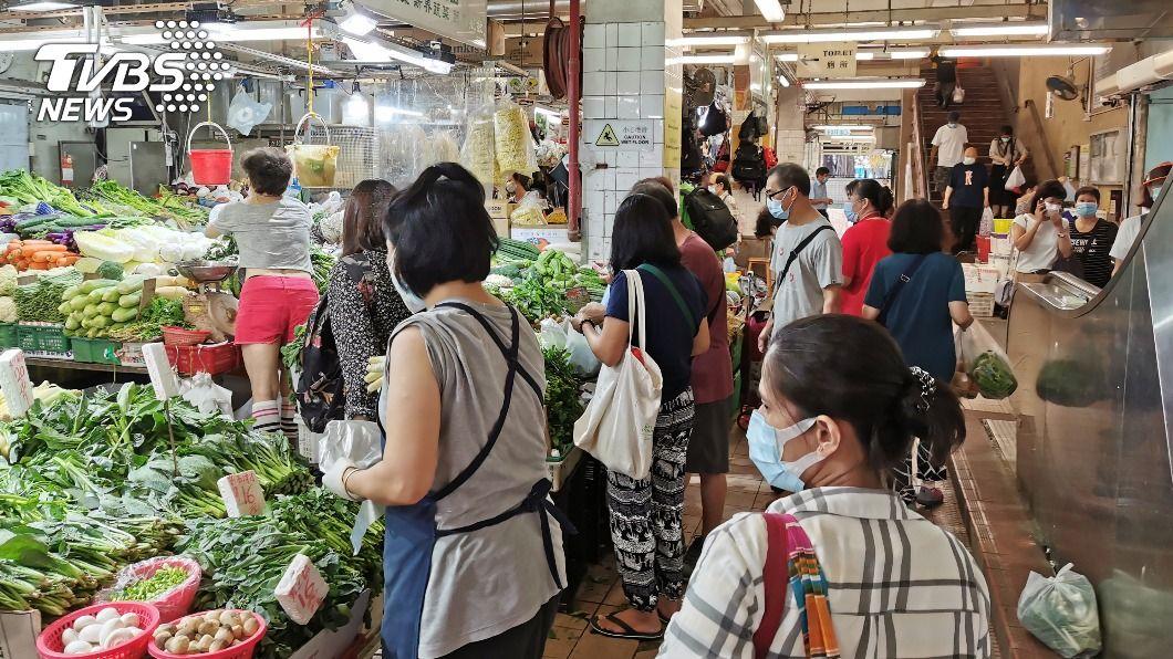 香港菜市場已成為新一波疫情的高危區。(圖/中央社) 香港疫情嚴峻!單月激增1679例 菜市場成高危區