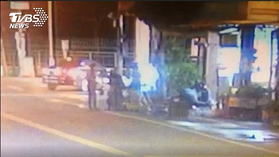 屏東市凌晨發生1起行車糾紛,1名騎士持刀刺傷1名自小客車乘客,反遭其他人聯手圍毆在地。(圖/TVBS) 疑吸毒恍神爆行車糾紛 騎士刺傷人反遭聯手壓制圍毆