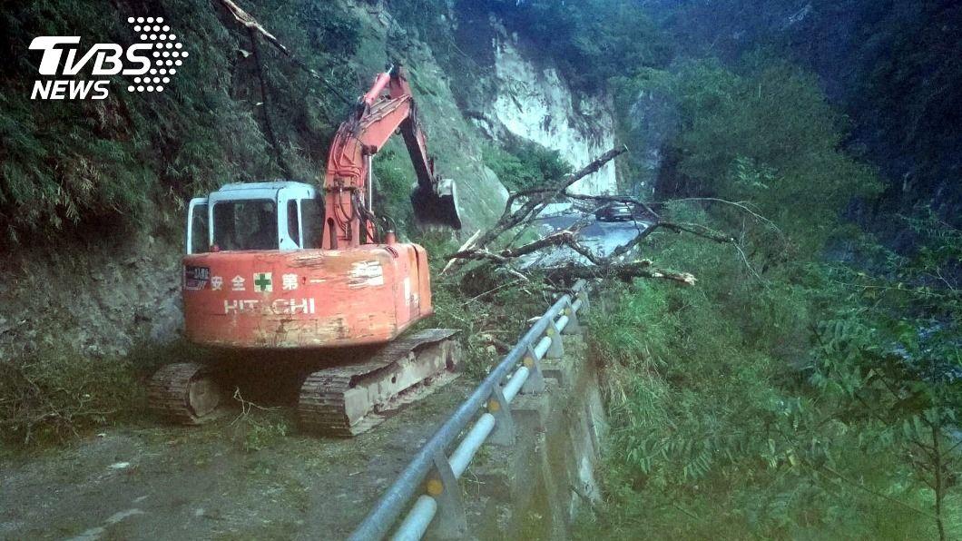 南橫公路六口溫泉附近昨晚樹倒擋路。(圖/關山工務段提供) 南橫公路樹倒載菜貨車冒險下山 村長籲注意安全