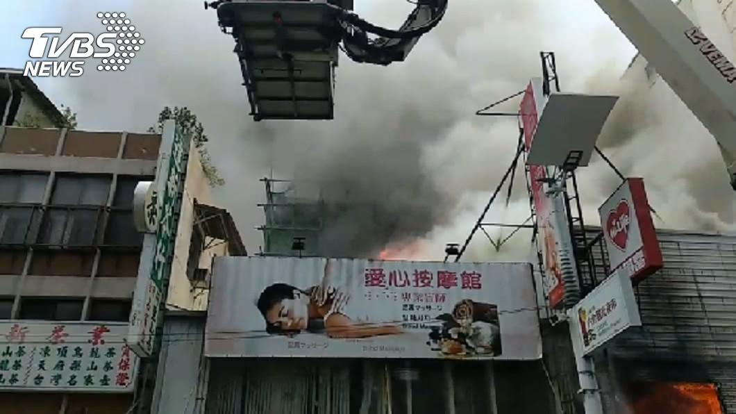 圖/TVBS 高雄六合夜市傳火警!濃煙竄天際 61警消急馳援