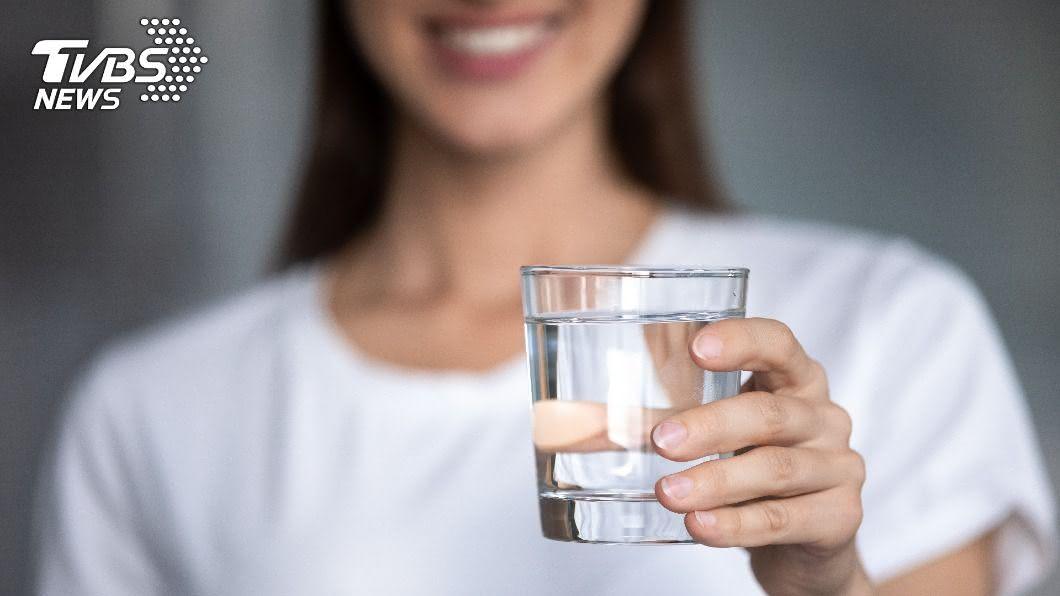 晨起後先空腹飲一杯水,能清潔消化道、活化腸胃道細胞。(示意圖/shutterstock 達志影像) 晨起空腹來杯「救命水」 不喝到老都後悔