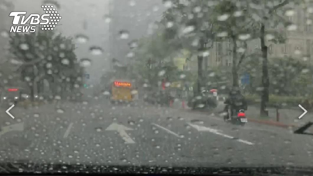 週末起防豪雨。(圖/TVBS) 颱風生成有譜?季風槽「週末向台延伸」防豪雨