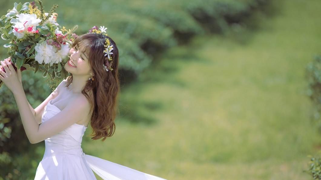 卸下主播身分的簡懿佳,今日在臉書宣布自己已經成為人妻。(圖/翻攝自簡懿佳臉書) 簡懿佳閃曝新身分 「我是李太太」甜曬婚紗照