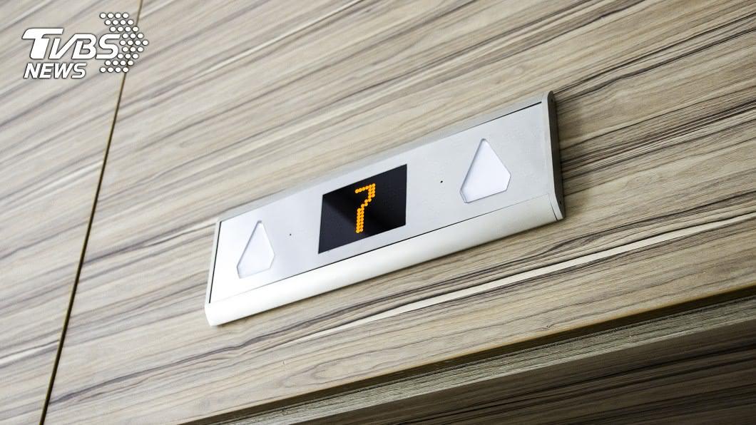 許多社區大樓都會安裝電梯方便住戶上下樓。(示意圖/shutterstock達志影像) 社區電梯失速衝頂…男遭拋高「撞破天花板」墜地骨折