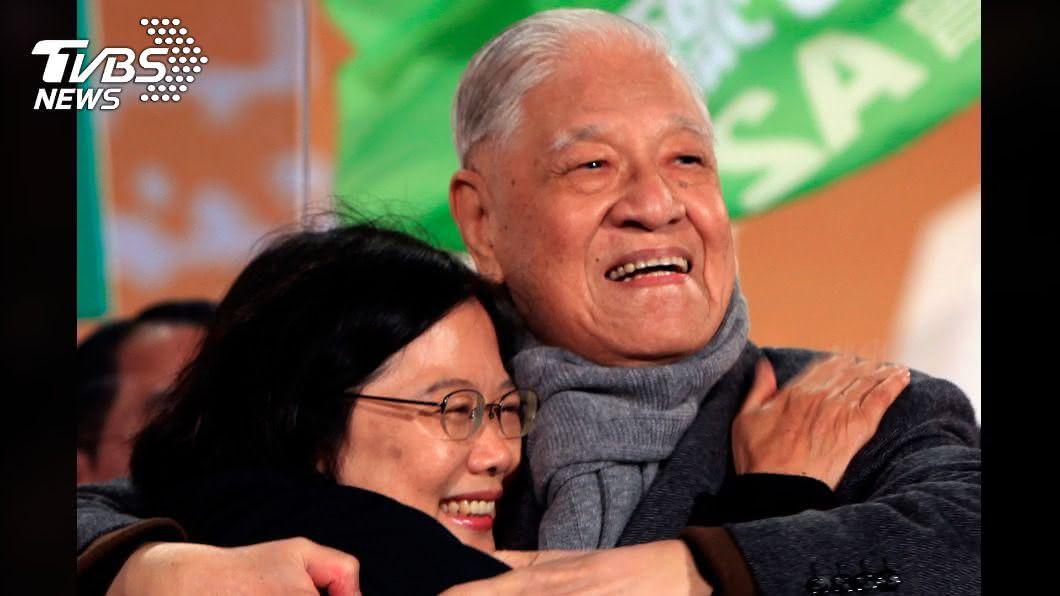 蔡英文追思文說到,前總統李登輝為台灣民主化關鍵人物。(圖/達志影像路透社) 追求「生為台灣人的幸福」 小英追思李登輝:時代開創者