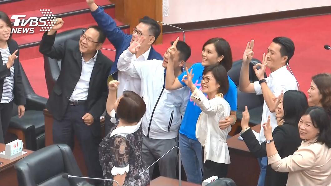 高雄市議長補選昨(31)日出爐,由國民黨籍曾麗燕勝出。(圖/TVBS) 高市副議長傳「退藍黨團群組」 李雅靜籲團結