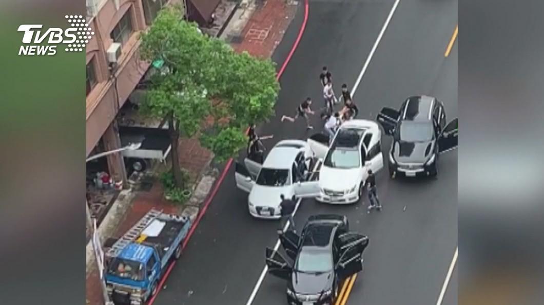 圖/TVBS 當街擄人!10惡煞攔車爆打 男被塞車廂押走