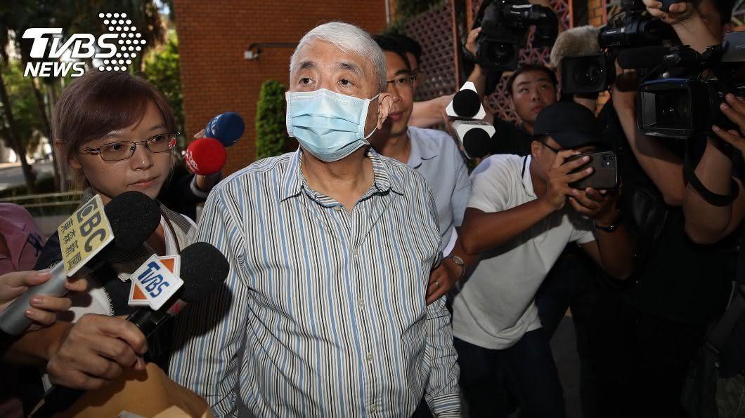 前太流公司負責人李恆隆(中)1日上午到北檢複訊。(圖/中央社) 涉行賄立委 李恆隆:我是被害人