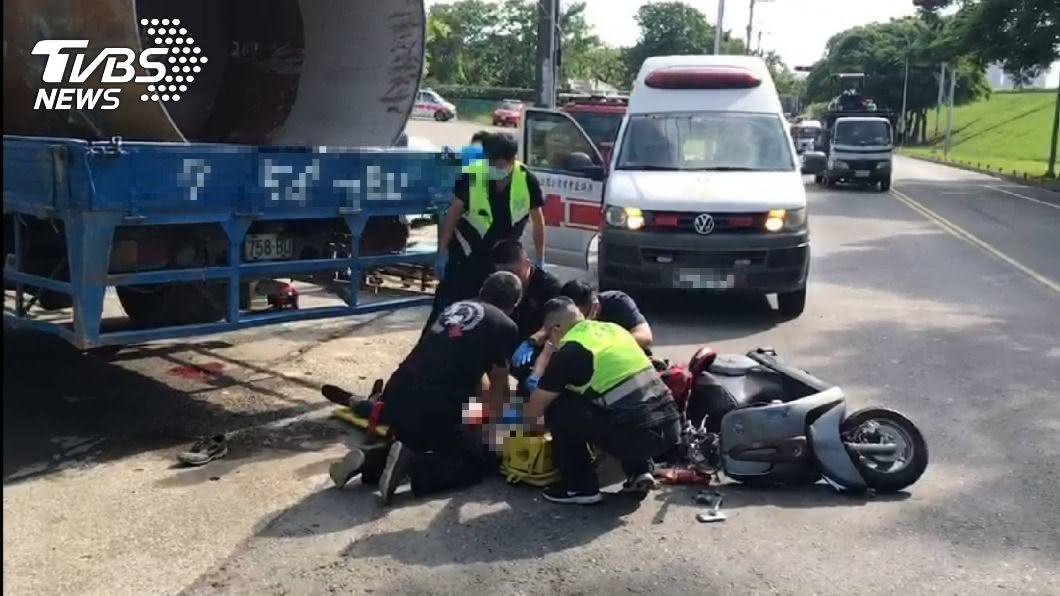 26歲男騎士倒臥血泊,搶救後不治。(圖/TVBS) 樹林貨車違規左轉!男騎士「噴飛後捲車底」倒血泊不治