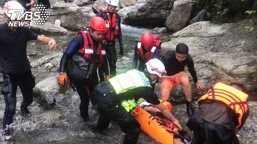 大學生相約花蓮溯溪,傳出跳水後發生溺水意外。(圖/花蓮縣消防局提供) 花蓮溯溪意外!男大生從3公尺高處跳水昏迷