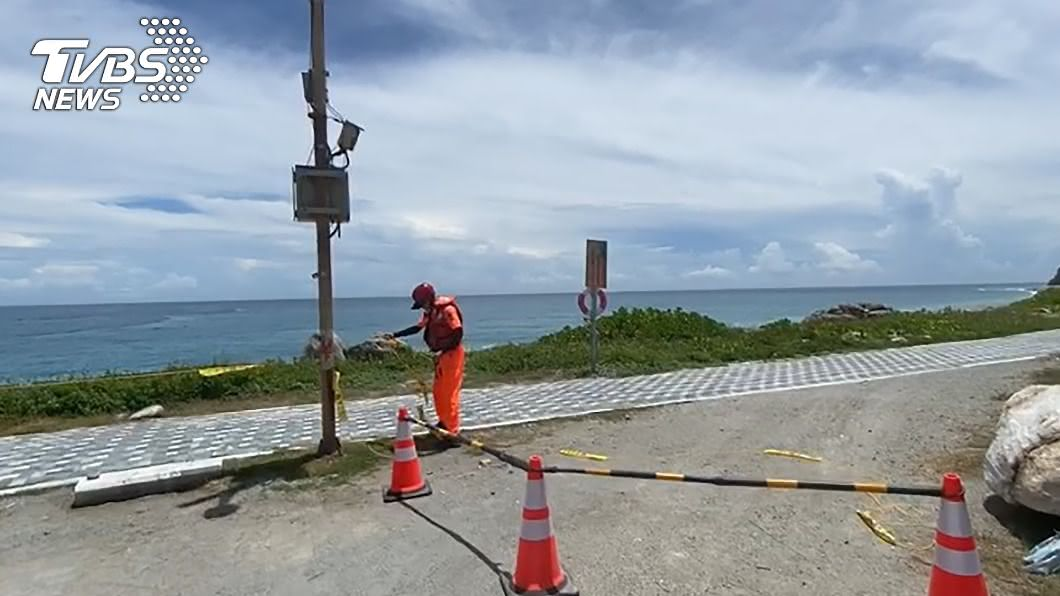 海巡署第拉設封鎖線防止民眾進入。(圖/第一二岸巡隊提供) 受颱風逼進影響 花蓮海上活動全暫停