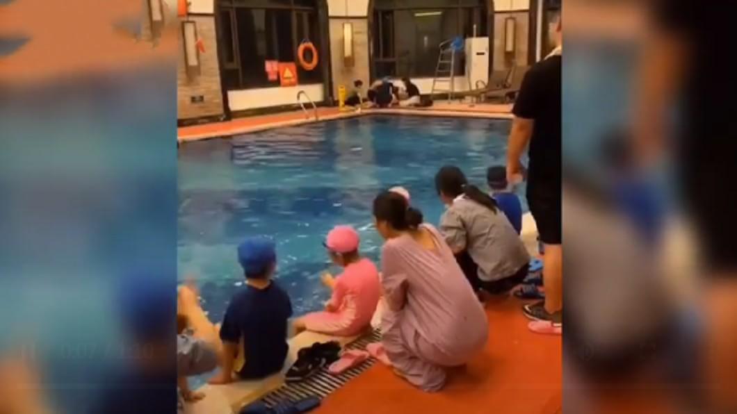 男童溺斃沒人發現。(圖/翻攝自陸媒) 6歲童學游泳掙扎10分鐘溺斃 教練沒點名渾然不知