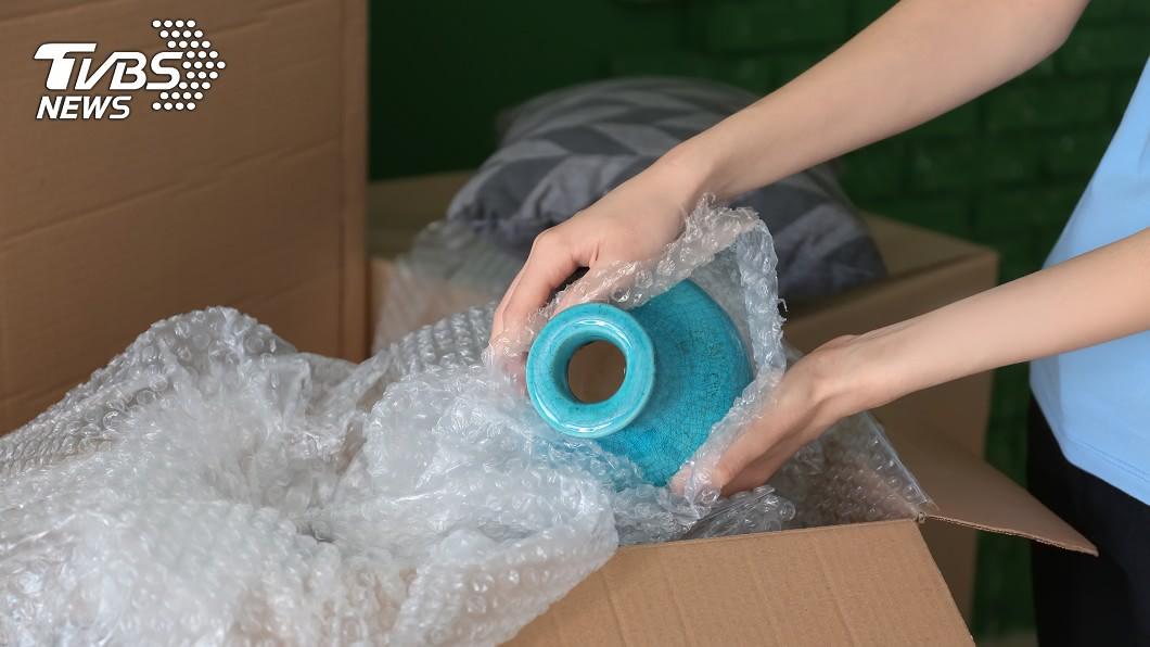 示意圖/shutterstock/達志影像 搬家翻出「積灰70年花瓶」 夫妻鑑價嚇壞…賺回一棟房