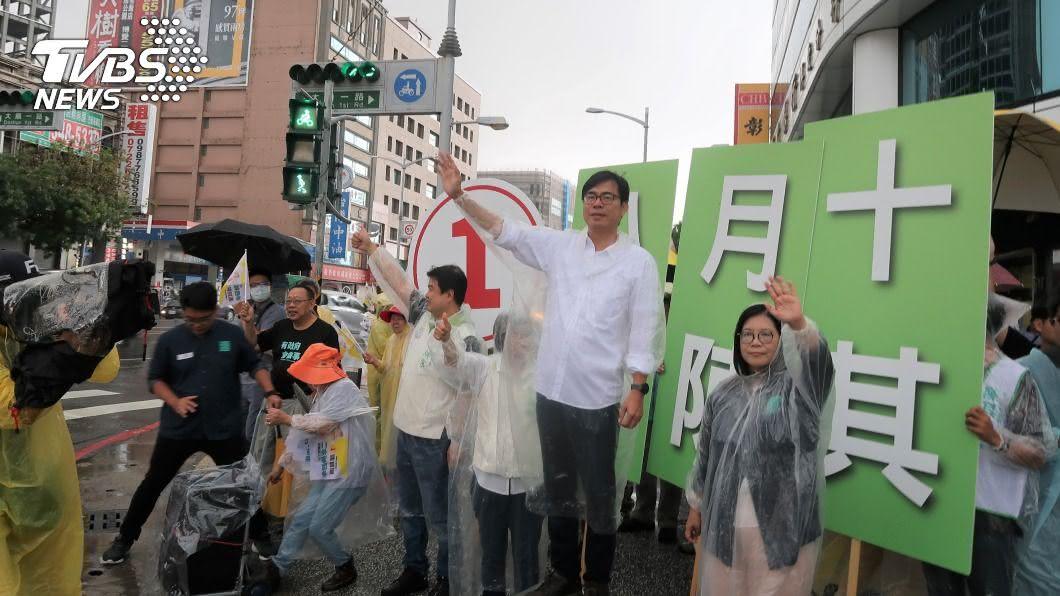 民進黨候選人陳其邁啟動陸戰計畫。(圖/中央社) 衝刺選情!陳其邁啟動陸戰計畫 穿雨衣路口拜票