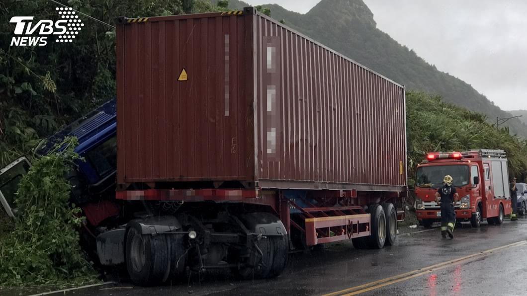 (圖/中央社,民眾提供) 疑天雨路滑貨櫃車貢寮自撞山壁 駕駛受困背部受傷