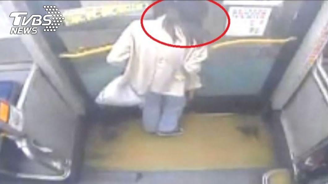 女大生下車時疑司機未注意,脖子被車門所夾。(圖/TVBS) 「人在內頭在外」慘遭車門夾脖 她嚇壞︰生日險變忌日