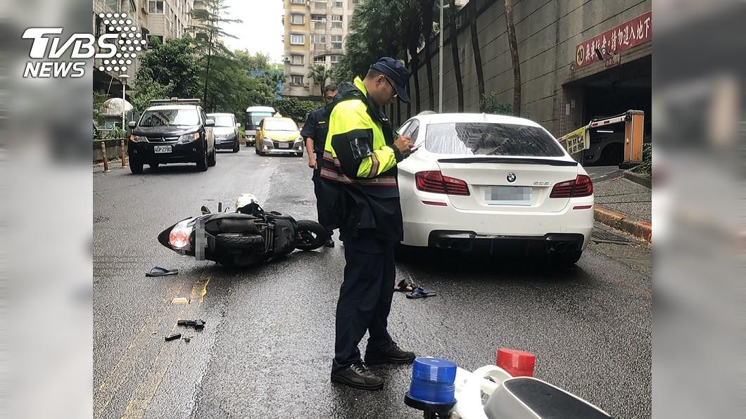 (圖/中央社) 行車糾紛亮槍反被奪 男子被打趴鮮血直流