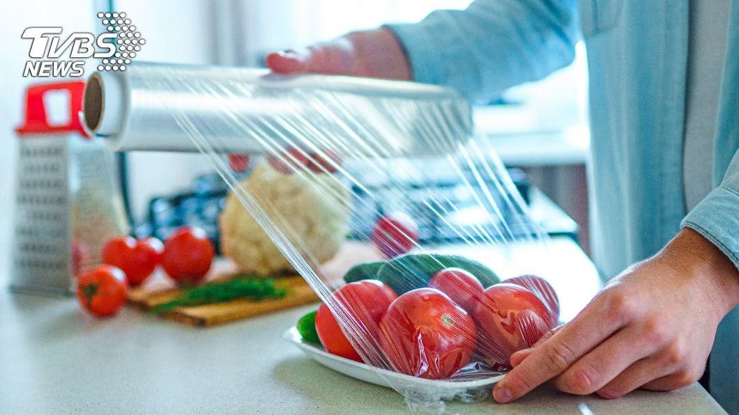 使用保鮮膜應盡量避免接觸高溫,否則將釋出大量塑化劑。(示意圖/shutterstock 達志影像) 保鮮膜化身健康殺手!廚房3大好物「用錯」恐致癌