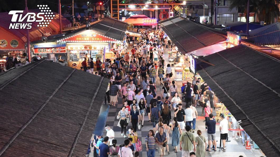 圖為東大門夜市暑期人潮。(圖/中央社) 花蓮住宿補助申請突破1.8億元 將追加第4波