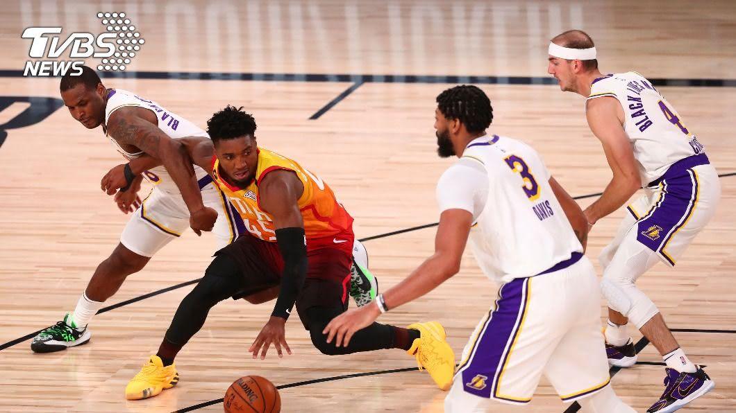 NBA洛杉磯湖人隊靠「一眉哥」戴維斯狂砍42分,睽違10年後再嚐西區龍頭滋味。(圖/達志影像美聯社) NBA湖人擒爵士 睽違10年再摘西區龍頭