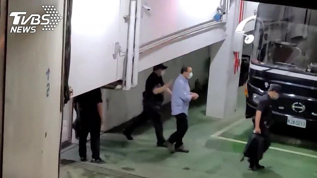 民進黨立委蘇震清穿著淺藍色襯衫、雙手上銬,在警方戒護下步上囚車。(圖/TVBS) 涉賄羈押禁見 綠委蘇震清「雙手被銬」步上囚車
