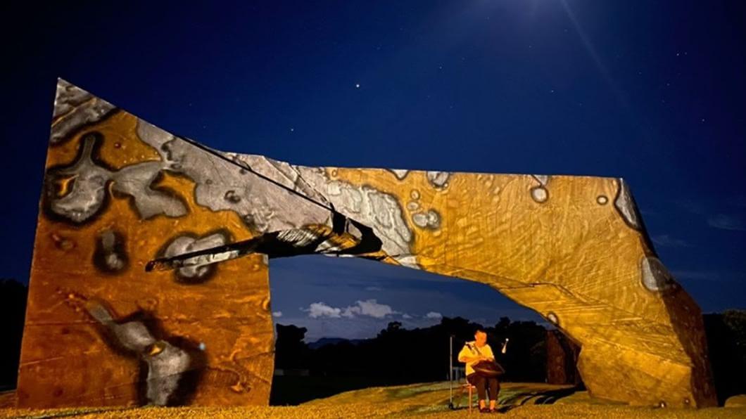 朱銘美術館舉辦「沉浸式光雕體驗展演」,以「光,和__作用」為題。(圖/翻攝自朱銘美術館官網) 快衝金山夜遊!美術館打造光雕藝術展「4天」免費看