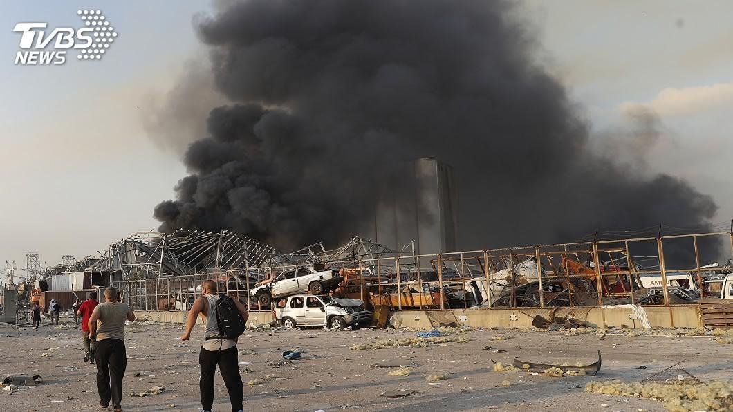 黎巴嫩首都貝魯特市中心附近港區今天發生大爆炸。(圖/達志影像美聯社) 黎巴嫩首都大爆炸數千人傷亡 各國不分敵我紛伸援手