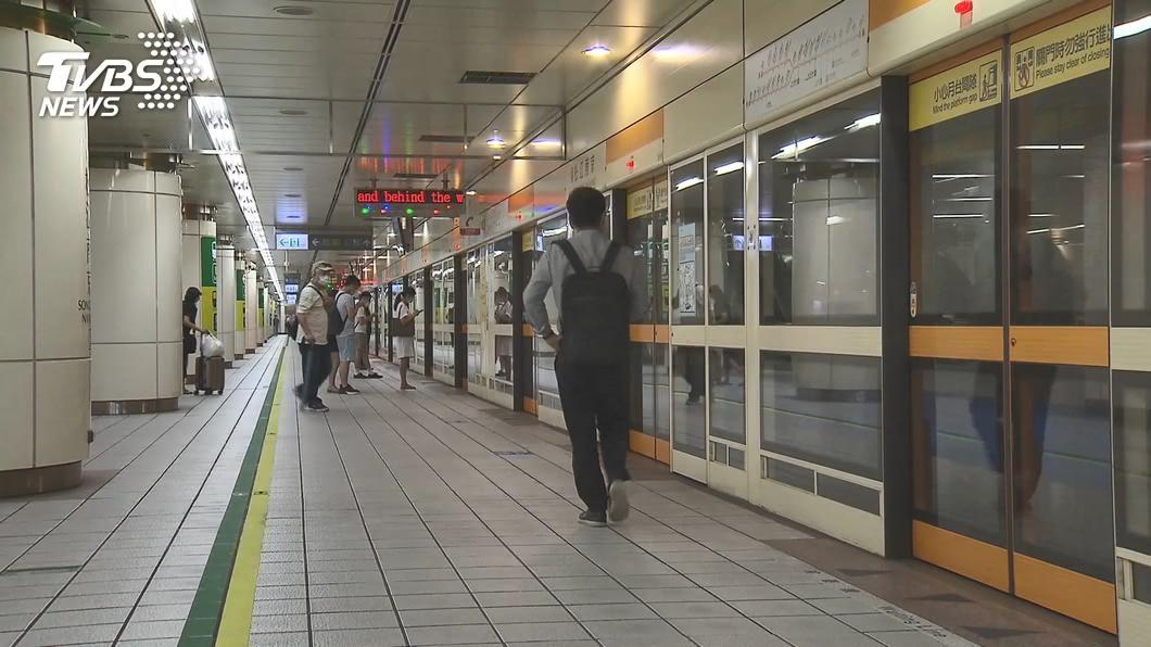 台北捷運宣布即刻起乘客須「全程戴口罩」。(圖/TVBS資料畫面) 台北捷運即刻強制「全程戴口罩」!摘下最高罰1.5萬