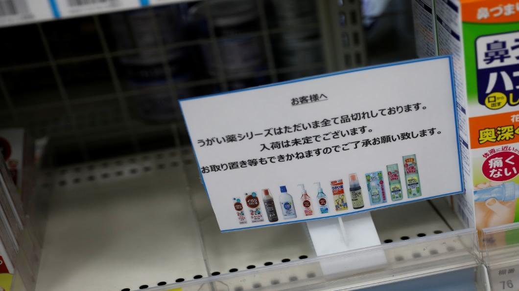 含碘漱口水被誤以為可預防染疫,造成日本當地一陣搶購潮。(圖/達志影像路透社) 「含碘漱口水」能防疫? 大阪府知事挨轟急澄清