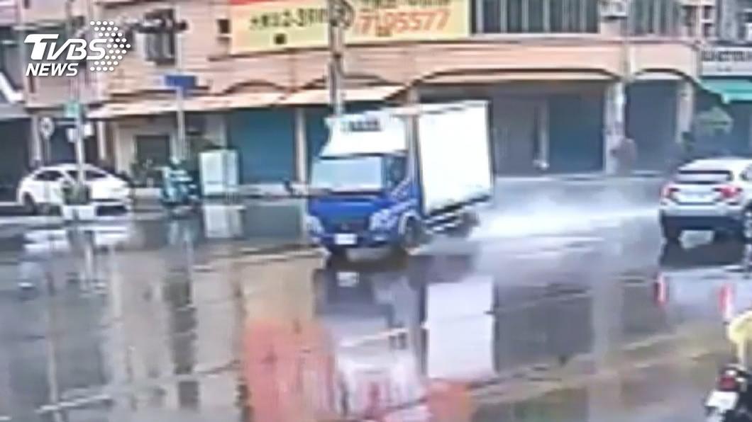 雨天過彎打滑! 19歲駕駛撞斷號誌慘賠6萬