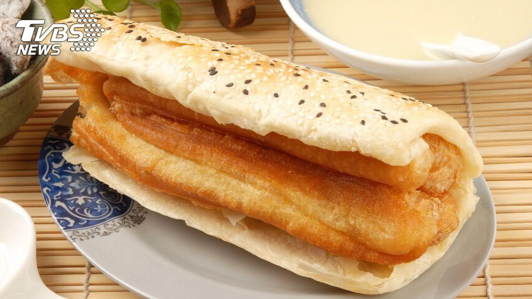 低纖高油的早餐容易導致便秘及情緒不佳。(示意圖/shutterstock 達志影像) 燒餅夾油條NG!早餐戒糖油 吃高纖精神滿滿