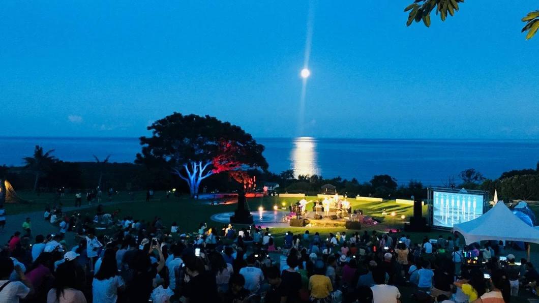 超浪漫的月光海音樂會,是每年夏天東部海岸的盛事。(圖/東部海岸國家風景區管理處提供) 超夢幻「月光海」!東海岸大地藝術節暑假必衝