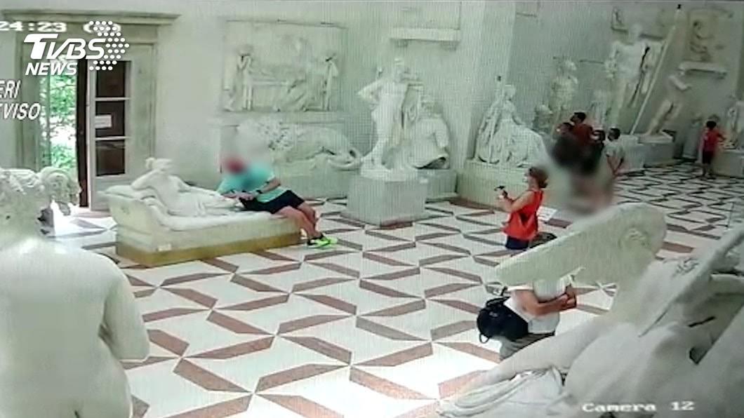 圖/路透社 坐「維納斯」身上合影 奧國男扯斷雕像腳趾