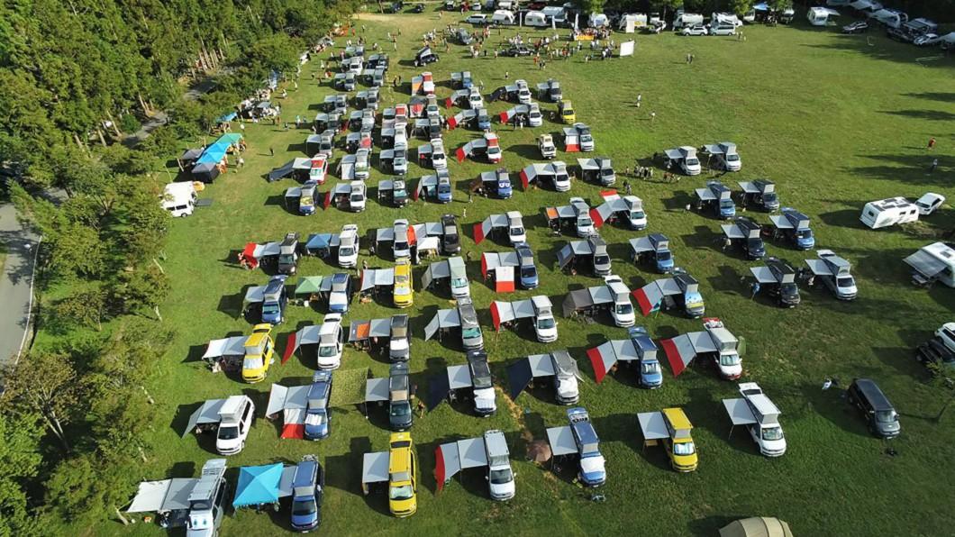 (圖/中央社,民眾提供) 百輛露營車駛進大草原 武陵農場挨批破壞生態