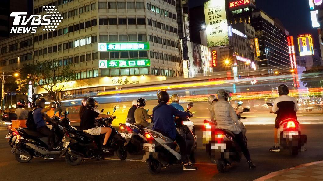 台灣騎乘機車比例相當密集。(示意圖/shutterstock 達志影像) 遇紅燈「滑行前進」錯了嗎? 騎士曝1關鍵:超危險