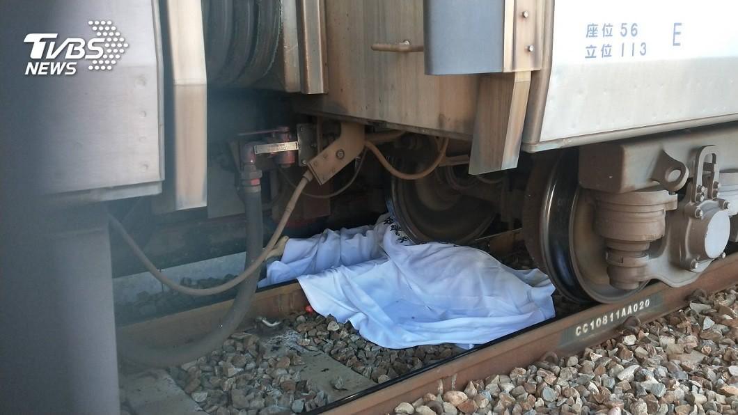 台鐵田中站上午驚傳婦人落軌意外,慘遭火車輾斃。(圖/TVBS) 台鐵田中站驚傳婦人落軌 遭火車輾過「上下身分離」慘死
