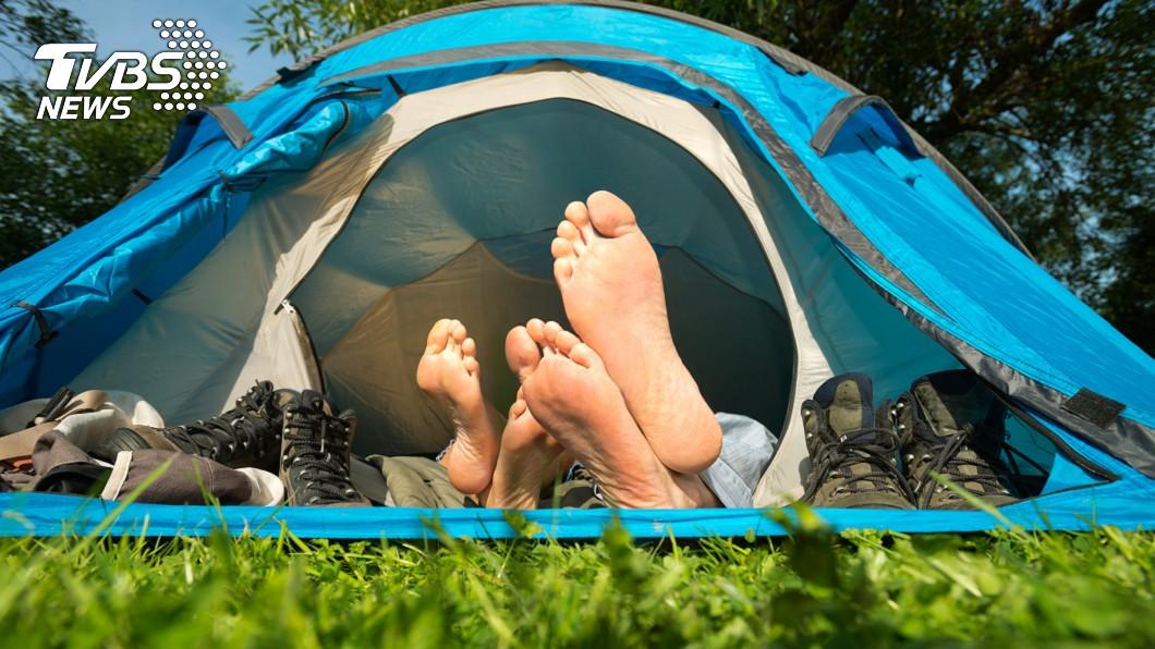 真的是當自己家?(示意圖/shutterstock達志影像) 逛賣場驚見帳篷「伸出1雙腿」 真相曝光全場傻眼