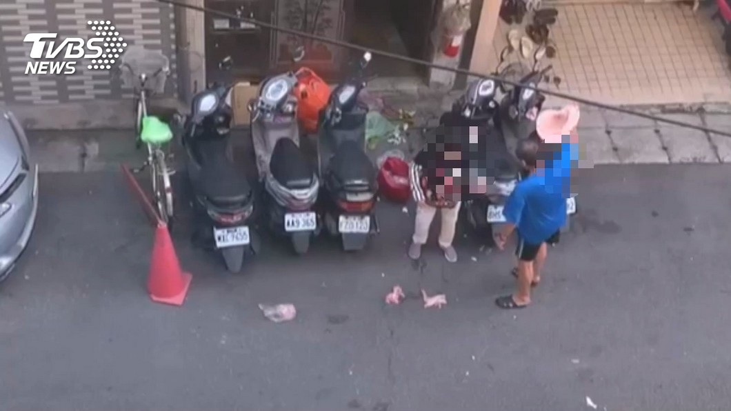 圖/TVBS 怒!當街咒罵八旬母 還甩帽砸菜嗆「快死」