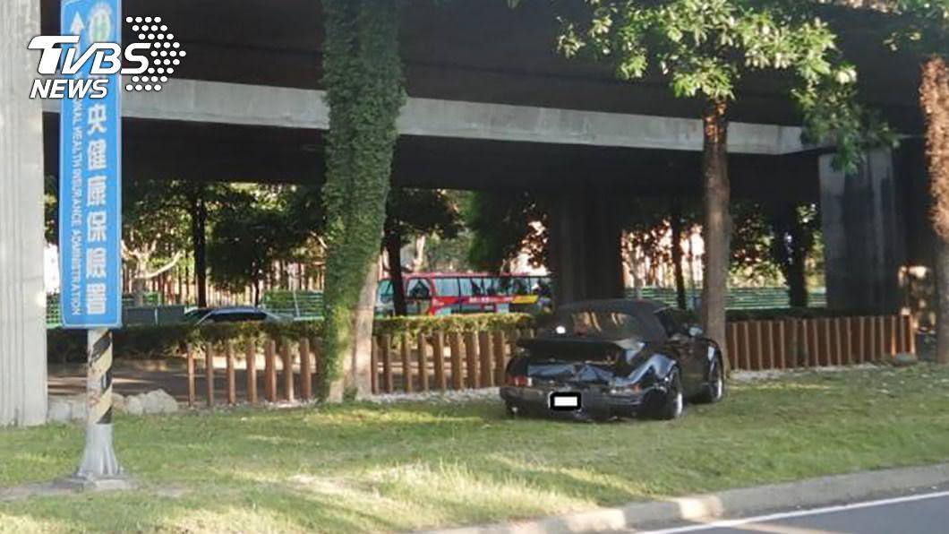 保時捷駕駛自撞路樹。(圖/民眾提供) 3車追撞才剛做完筆錄 保時捷駕駛失控自撞身亡