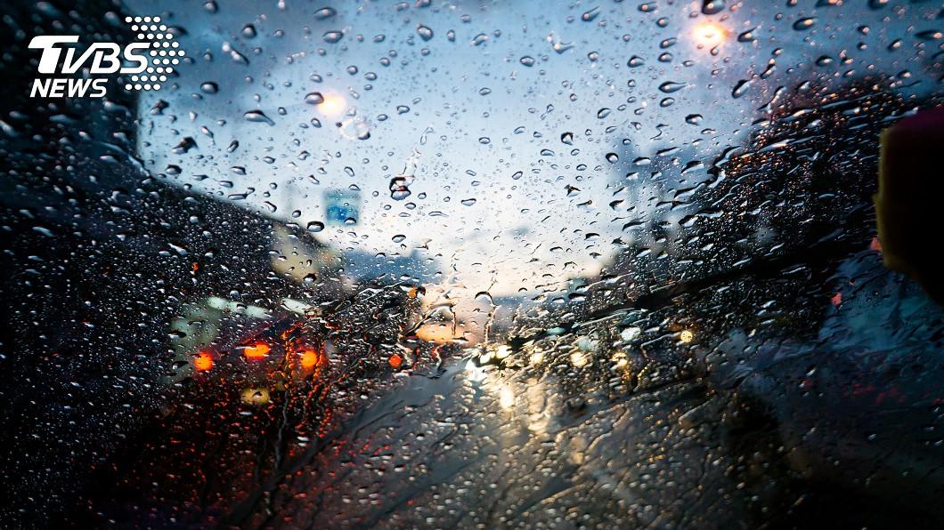 示意圖/shutterstock/達志影像 5號颱「薔蜜」快速北上! 明起連3天雨勢猛
