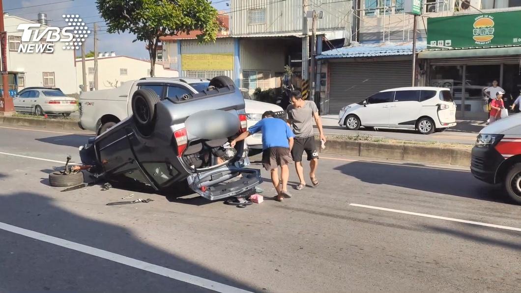 媽媽累了!載3歲兒打瞌睡 撞路邊停車翻覆