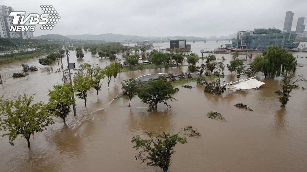圖/達志影像美聯社 超強梅雨季!韓道路慘淹 轎車倒頭栽滅頂