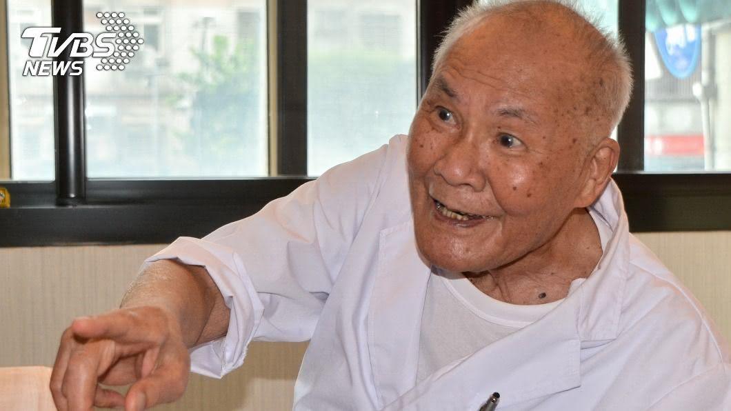 醫師陳奎村已行醫76年。(圖/中央社) 百歲仁醫陳奎村不離白袍 大方公開長壽秘訣