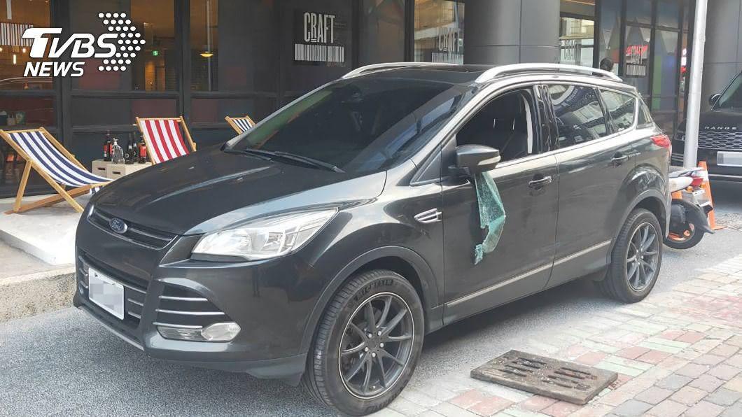男子酒醉拿水溝蓋砸毀車窗。(圖/新興分局提供) 英籍遊客酒醉鬧事 砸爛轎車玻璃當場遭逮