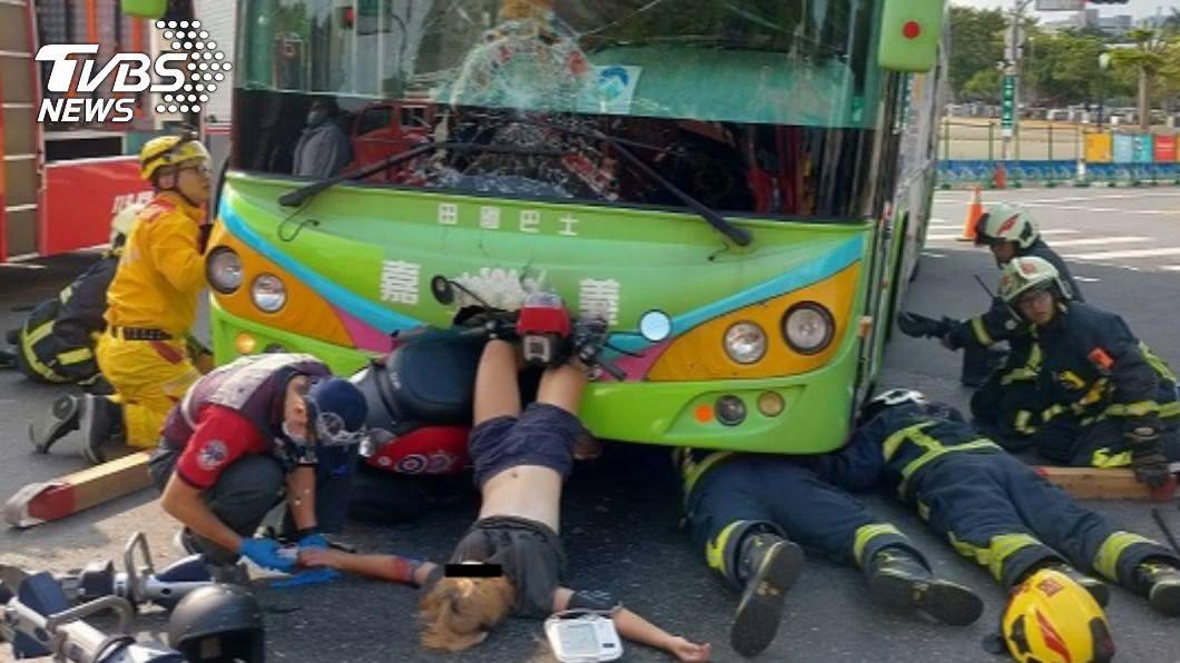 機車與公車對撞 女騎士雙腳慘栽進車頭動彈不得