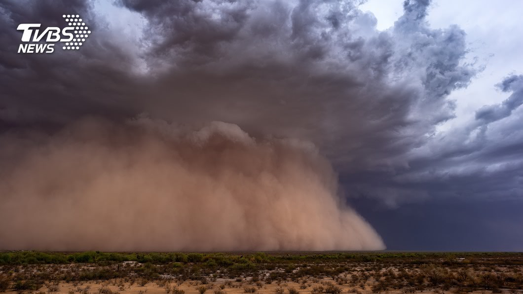 沙牆瞬間「吞噬」藍天白雲 內蒙現強沙塵暴