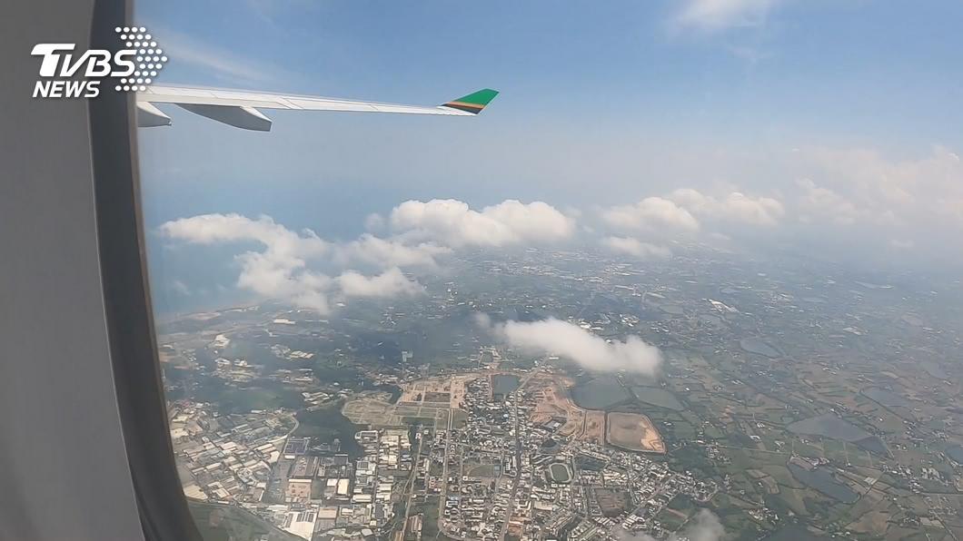 一解無法出國的悶,航空公司推出「偽出國」行程。(圖/TVBS) 虐待自己?評「偽出國」 網友:回顧旅遊最痛苦那段