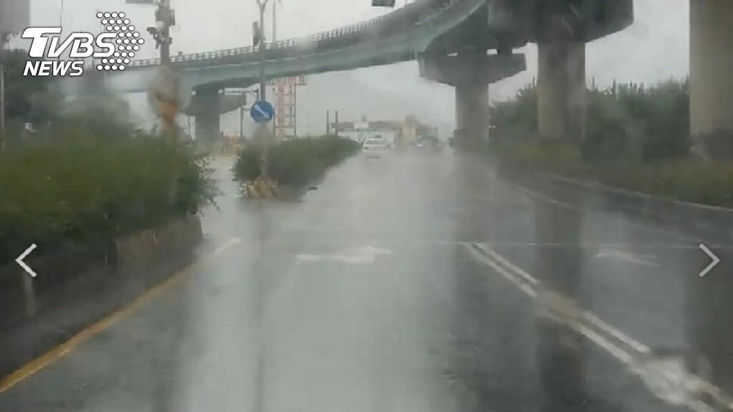 屏東楓港暴雨視線差。(圖/TVBS) 米克拉增強進逼!18縣市防環流雷雨 4縣市升級豪雨特報
