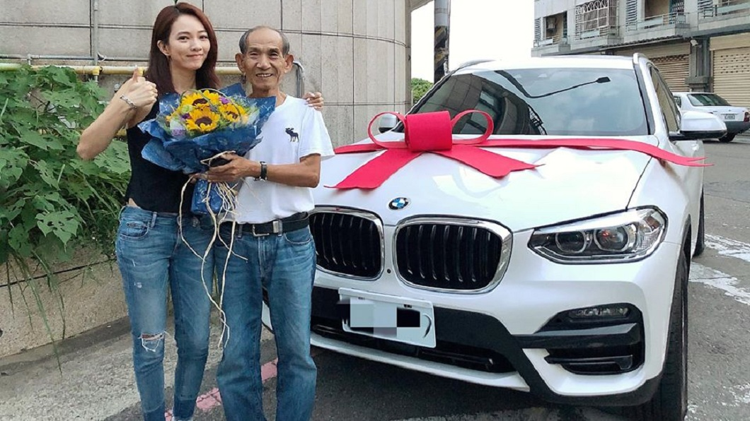 孝順的高宇蓁,父親節當天送給老爸1輛BMW X4,笑稱這是老爸的新玩具。(圖/翻攝自高宇蓁臉書) 豪擲大錢買BMW送父親節禮物 高宇蓁笑:老爸的新玩具