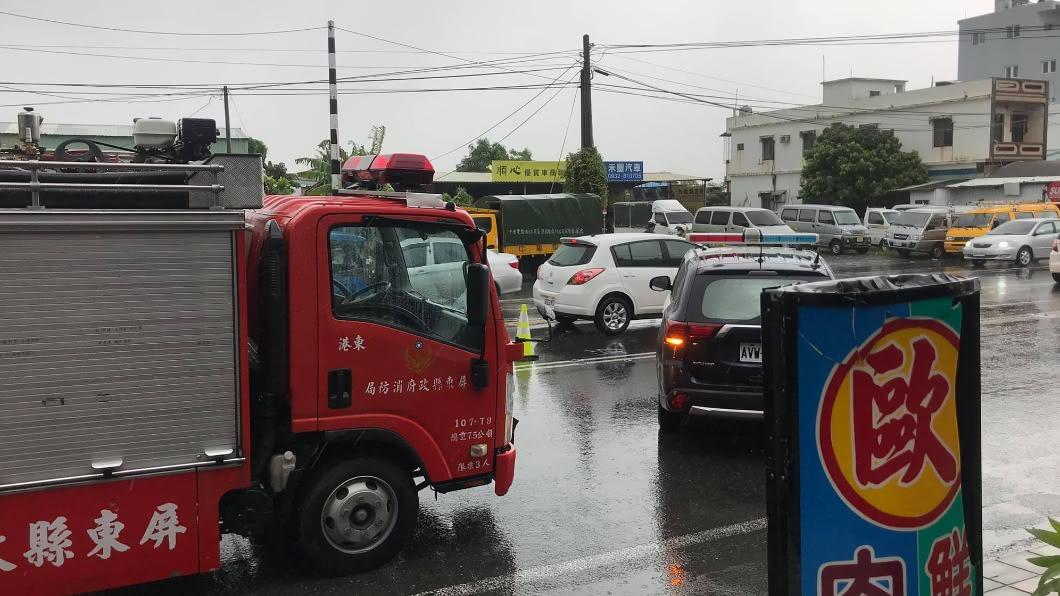 屏東東港發生死亡車禍。(圖/翻攝自臉書社團「東港五四三」) 貨櫃車猛撞!東港騎士「上下半身分離」慘死